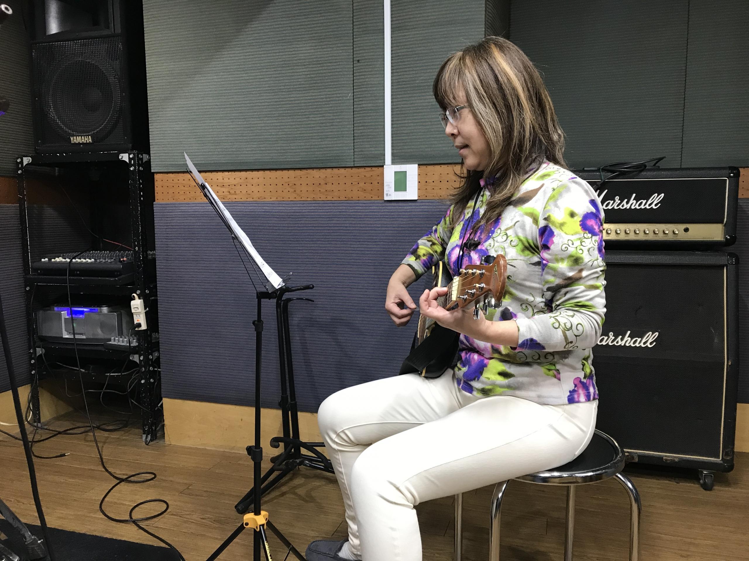ギター,ベース,ウクレレ練習 譜面台の高さ 良い例